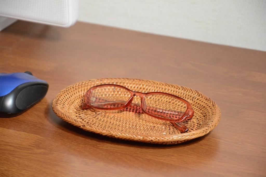 ディスクの上には独立したメガネ置き場所が必要