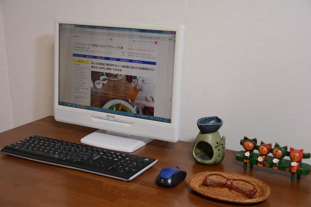 仕事の机の上にはアロマの香りとメガネケース