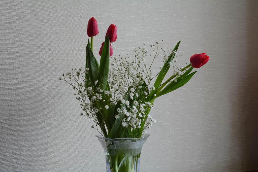 玄関に花を飾る
