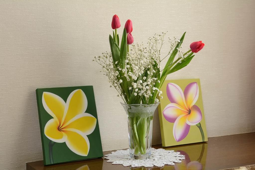バリ絵画2枚で玄関のお花も引き立つ