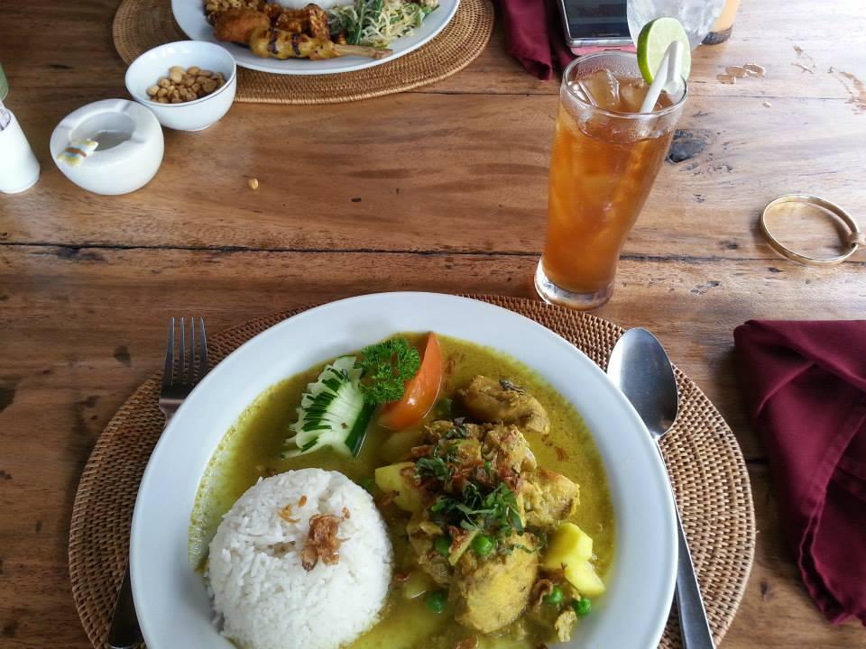 バリ風の空間で食事