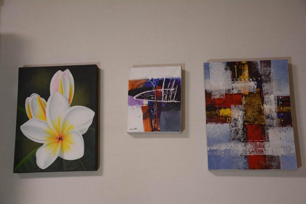 3枚のモダンなバリ絵画を壁にかけてみた