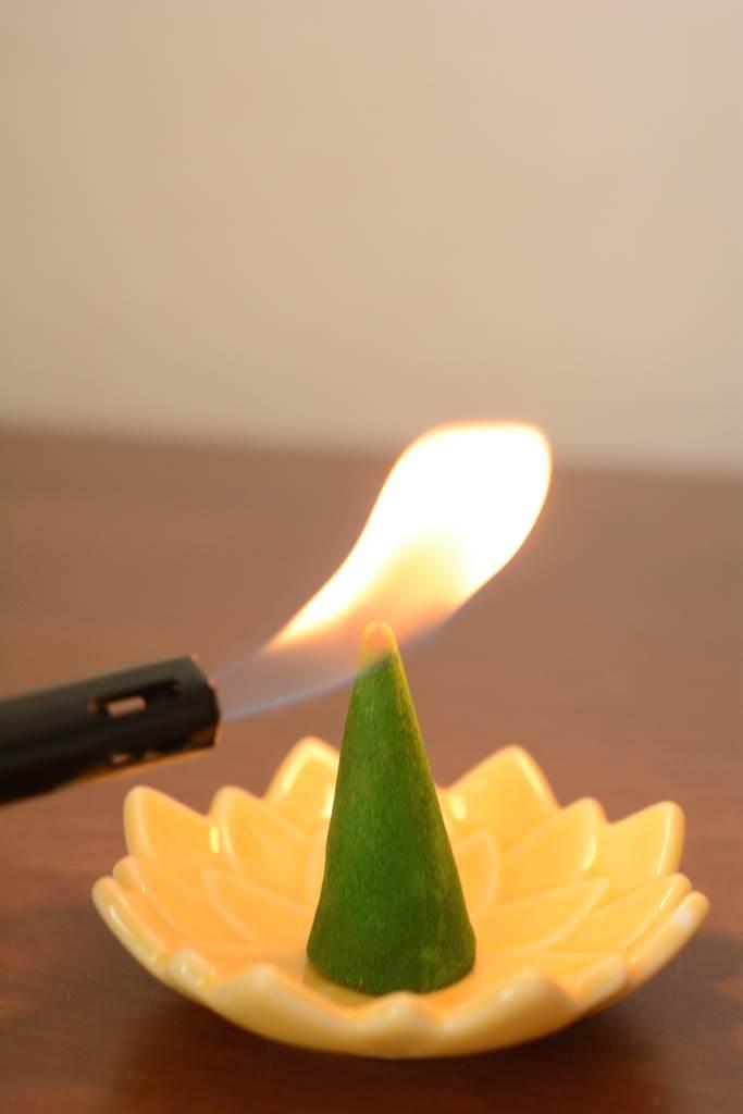 まずはお香に火をつけます