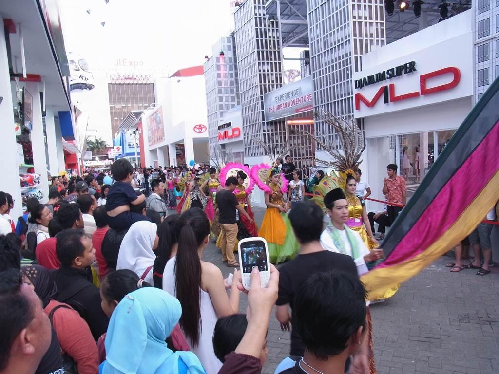女性陣が華やかな衣装で行進