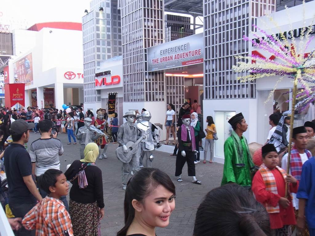 ブタウィ(Betawi)で独特の衣装で行進