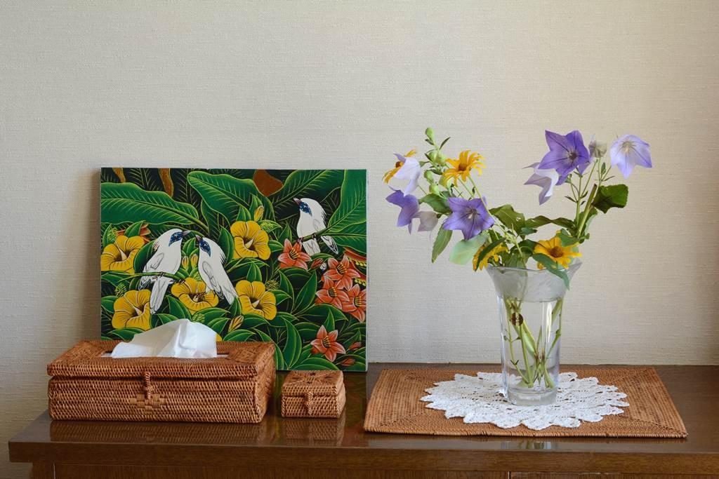 バリ絵画とアタ製品を使って玄関をバリ風に仕上げる