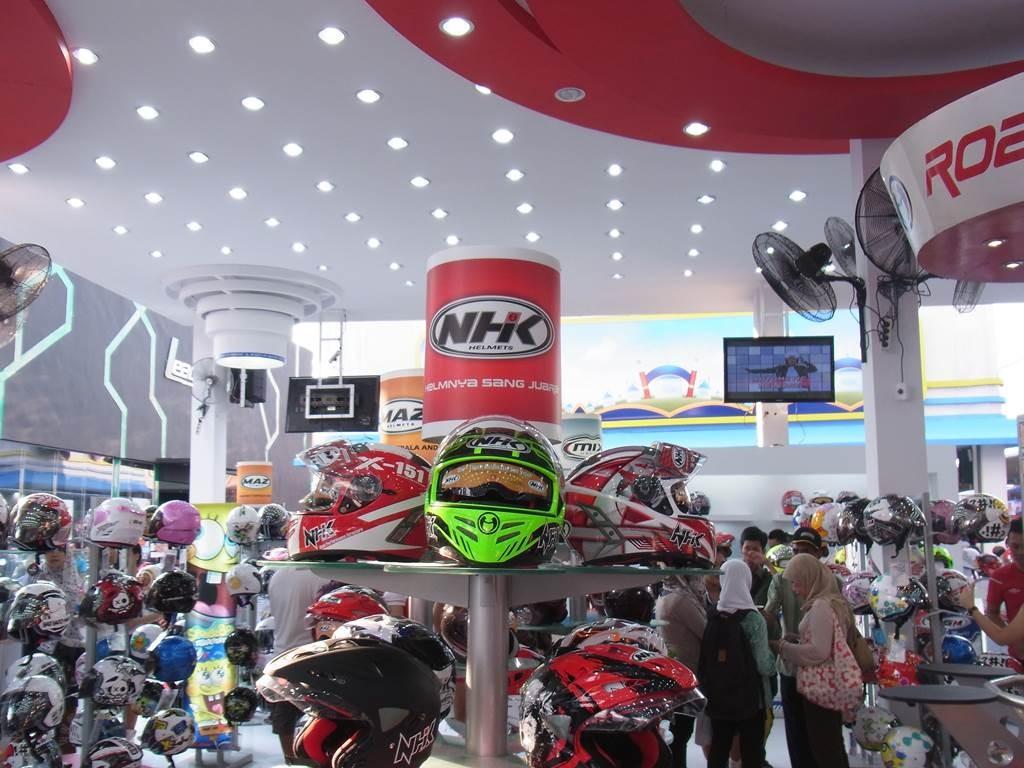 ジャカルタEXPOでのバイクのヘルメット売り場