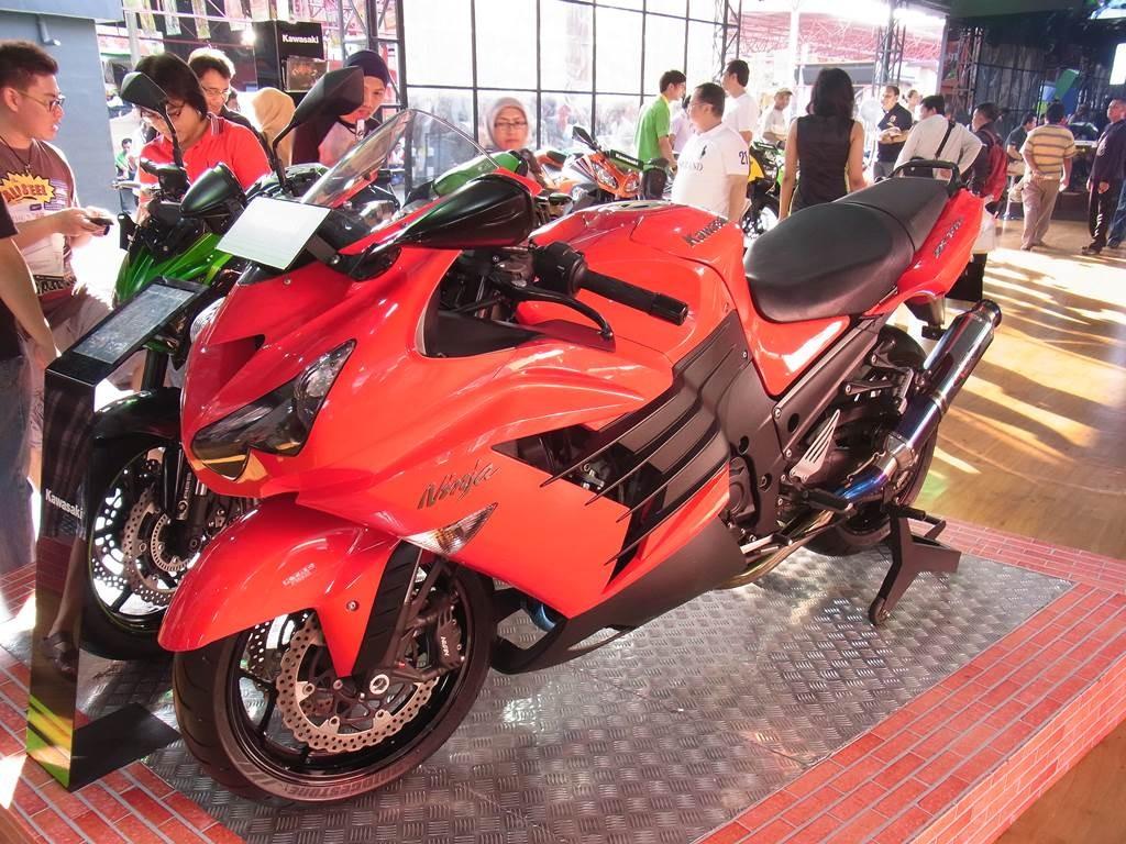 カワサキninja の赤色のバイク