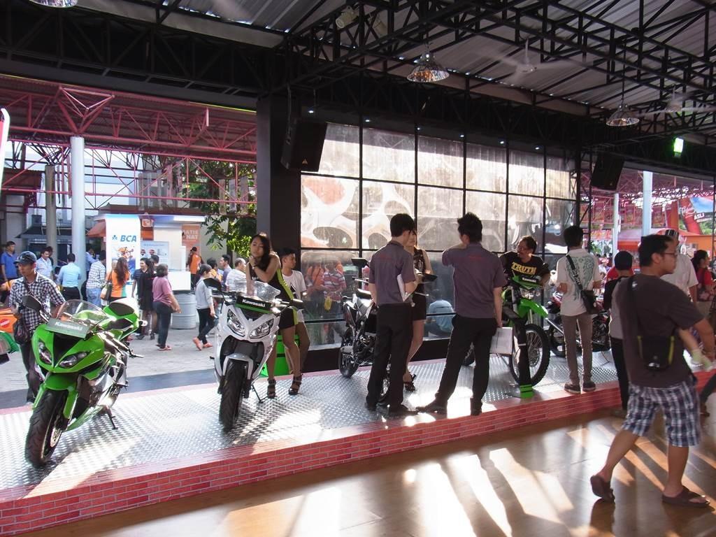 インドネシアのkawasakのノブースにキャンペンガールもいます