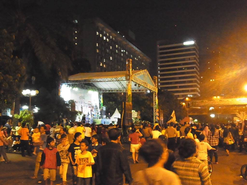 ジャカルタのタムリン通りで開催されているライブ
