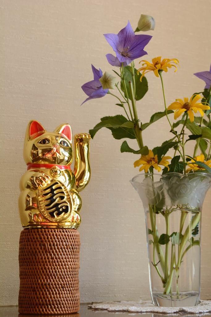 玄関に招き猫とお花を置いて雰囲気作り