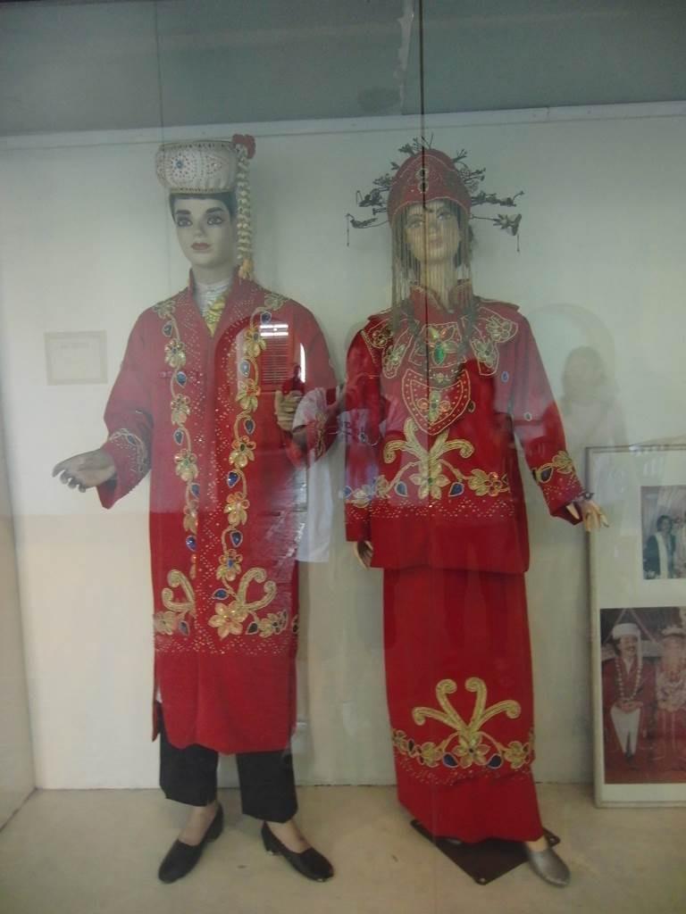 インドネシアの伝統的な衣装の展示