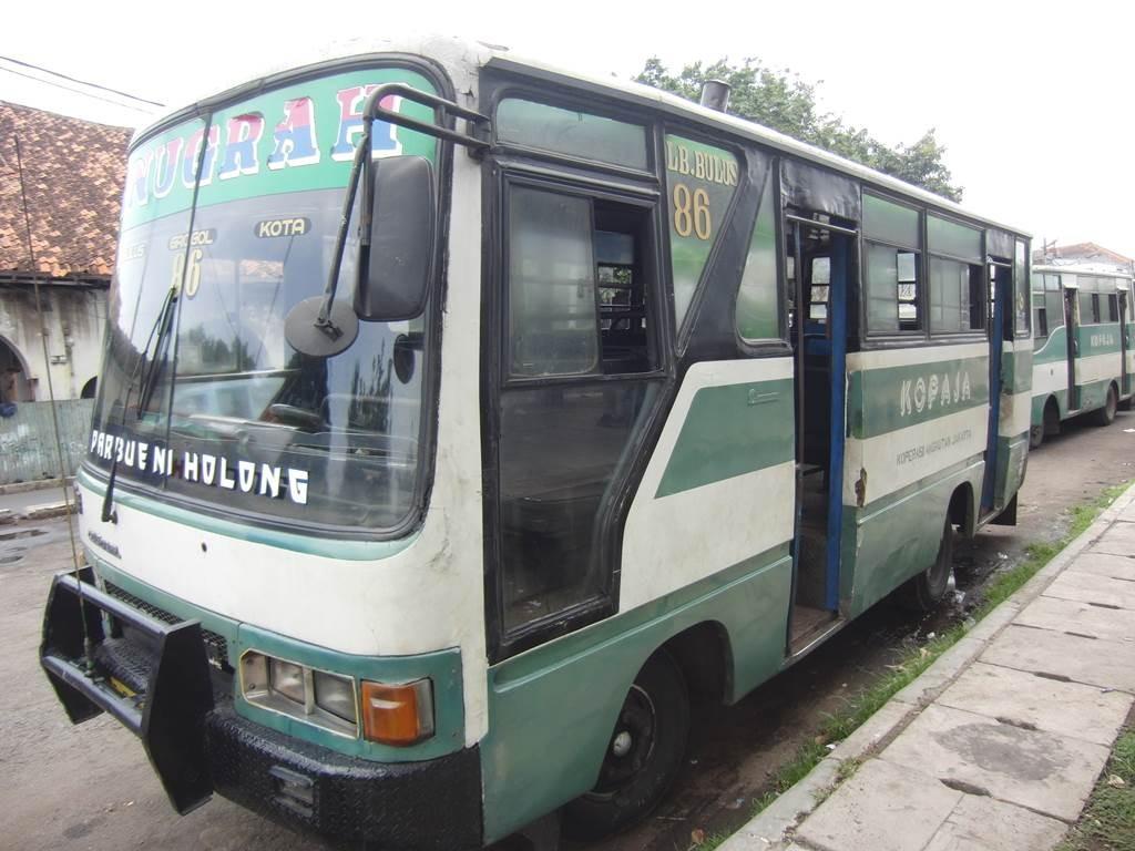 ジャカルタのコタに留まっていたバス