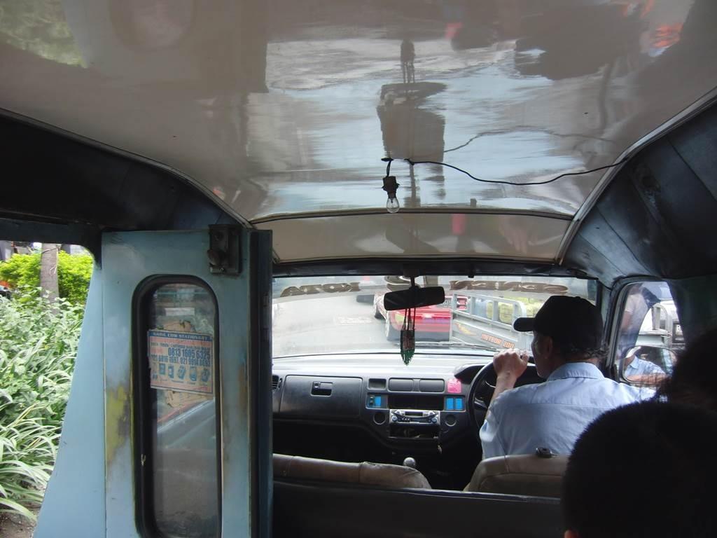 ジャカルタの乗り合いタクシー