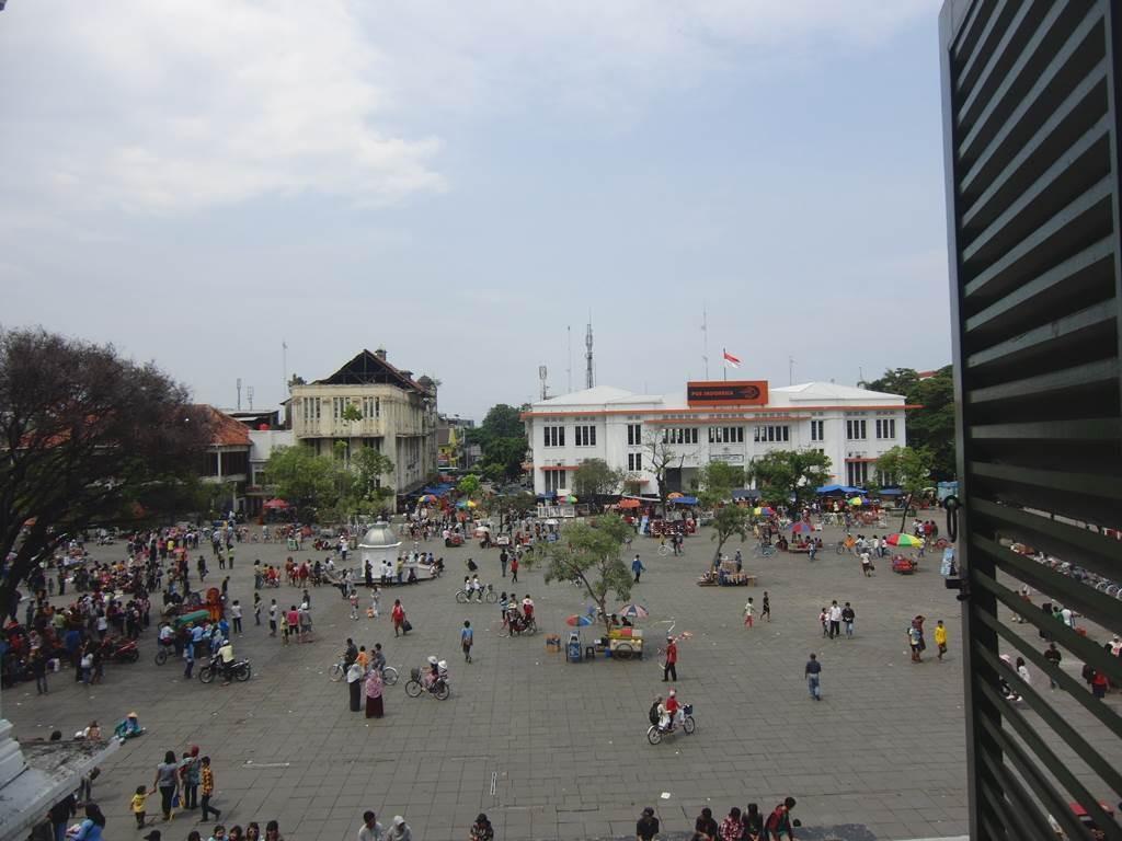 建物からファタヒラ広場が見える