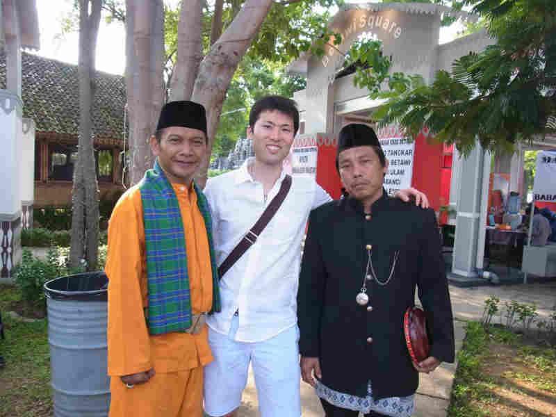 ジャカルタの伝統衣装の男性たちと記念写真