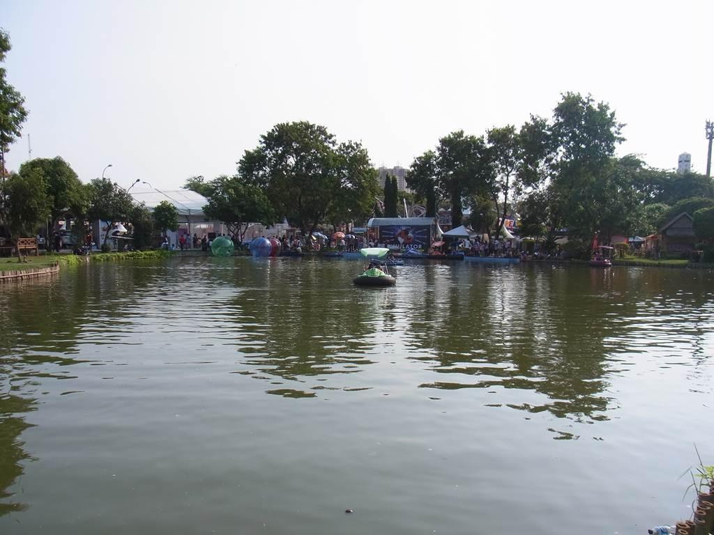 池ではボートに乗って遊べます
