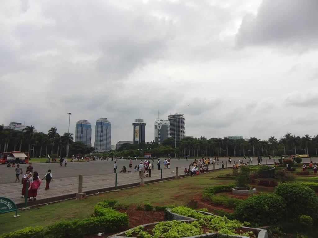 モナスの前に広がる広場と庭園
