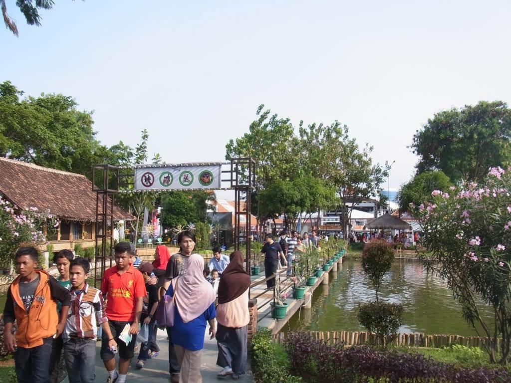 ジャカルタフェアの池にかかる橋