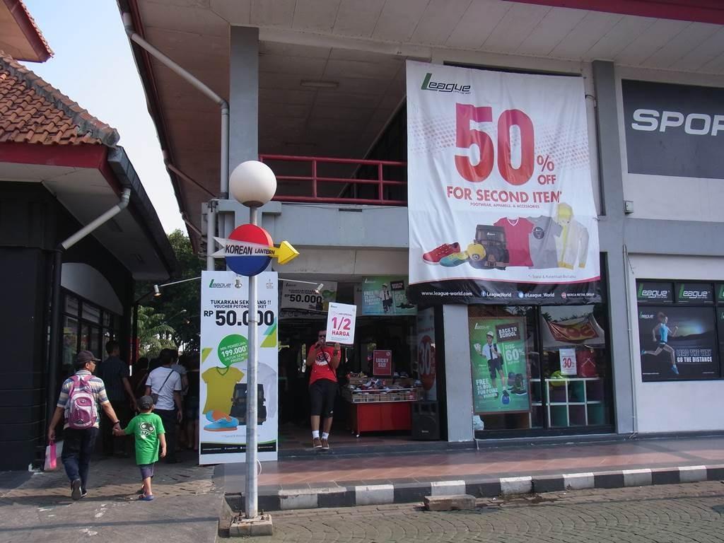 ジャカルタexpoの入口前にはいろんなものが売っています。