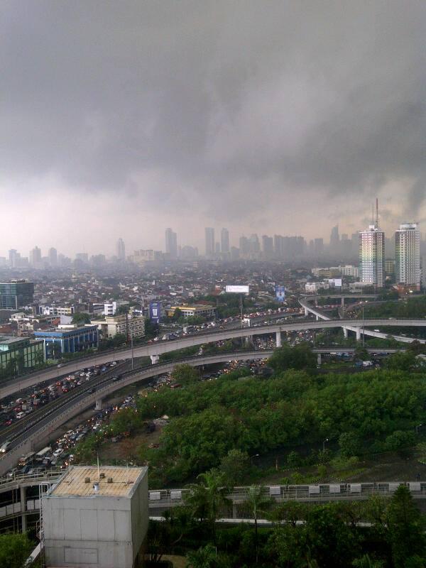 ジャカルタの渋滞とスコールの雨模様