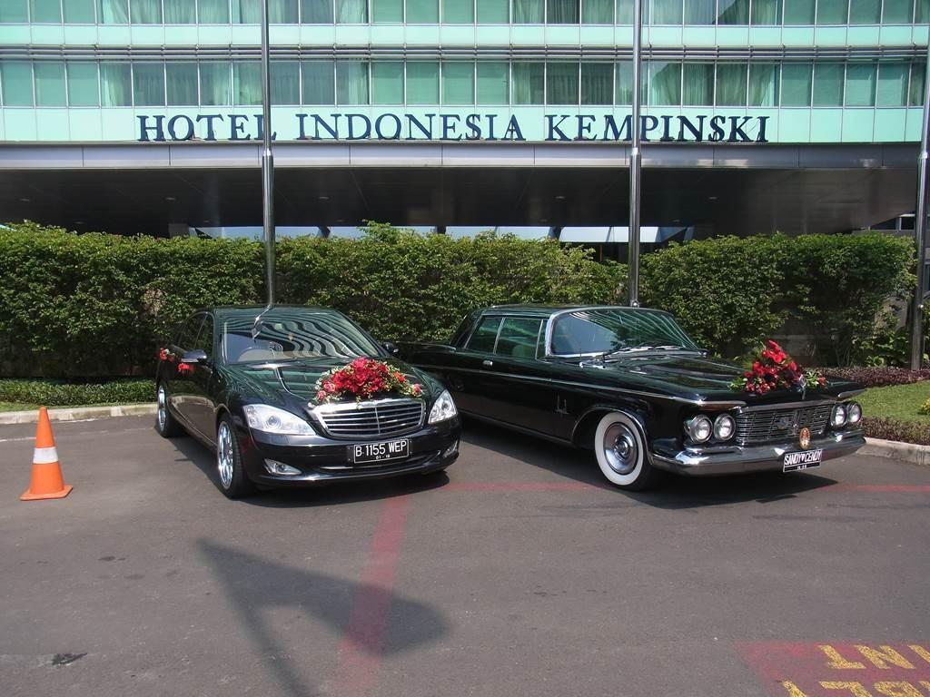 グランドインドネシア前にあった、装飾された高級車