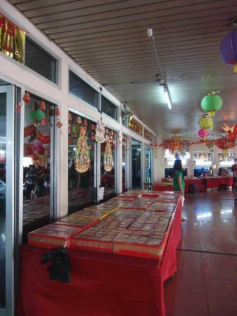 チャイナタウンのショッピングモール入口前のショップ