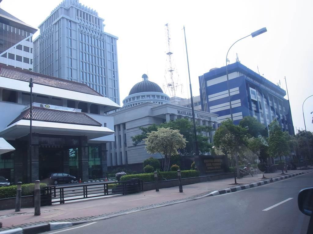 ジャカルタの建物をタクシーの車窓で楽しむ