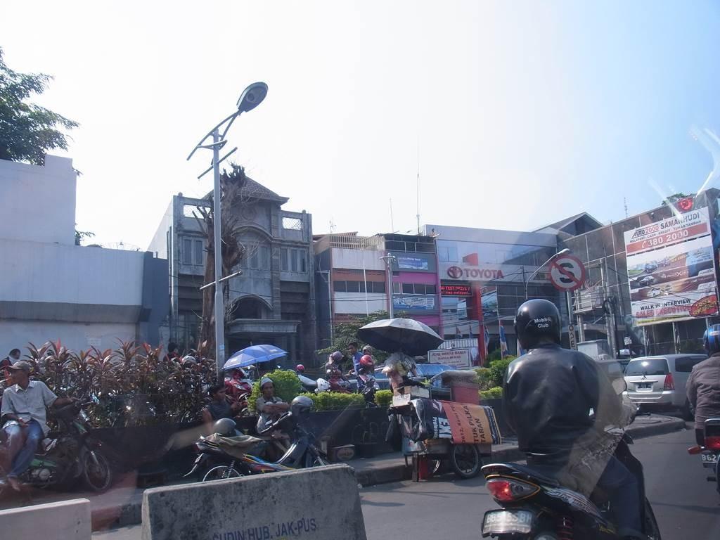 トヨタが入っている、ジャカルタの商店街