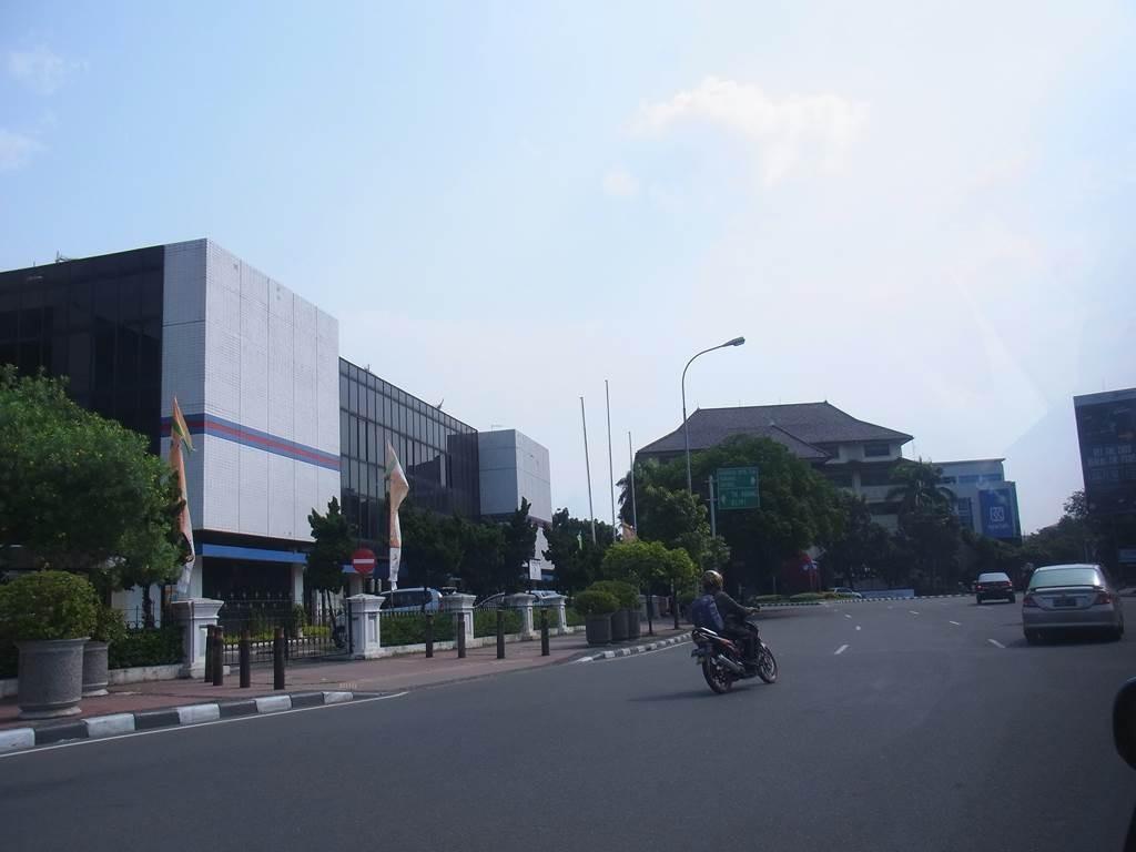 インドネシアらしい瓦を使った建物