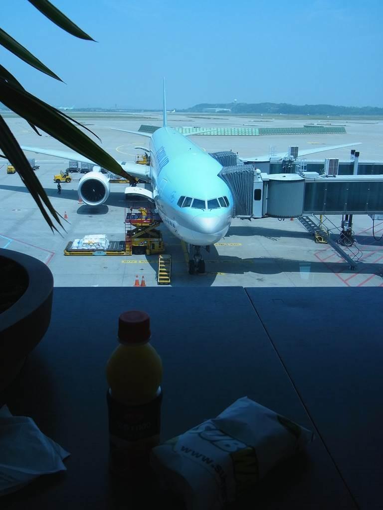 韓国のインチョン国際空港に停泊中のkorean air