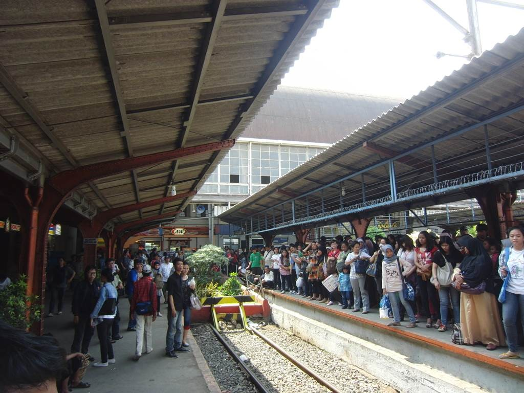 ジャカルタのコタ駅の様子