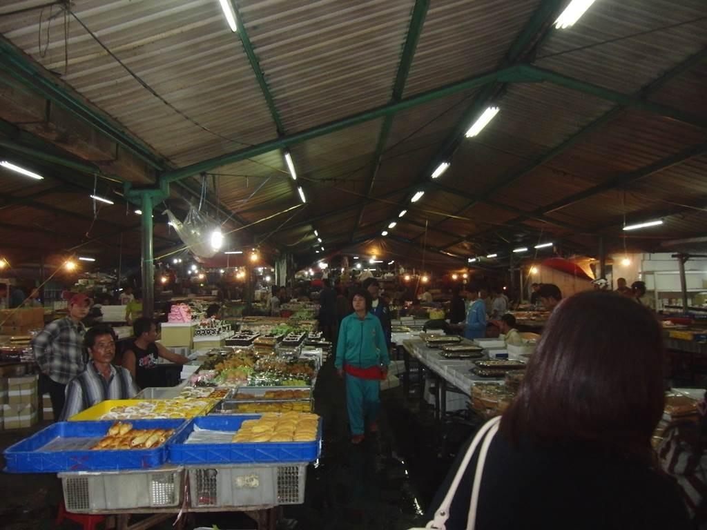 ジャカルタにある深夜のお菓子市場