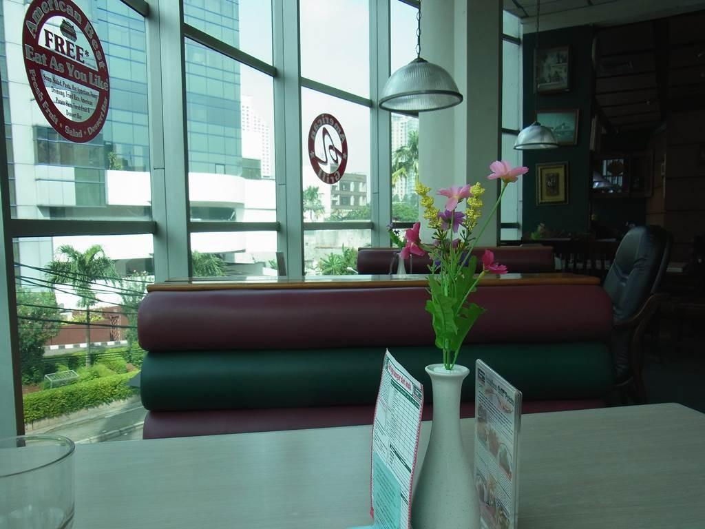 テーブルの上にお花があって気持ちが良い
