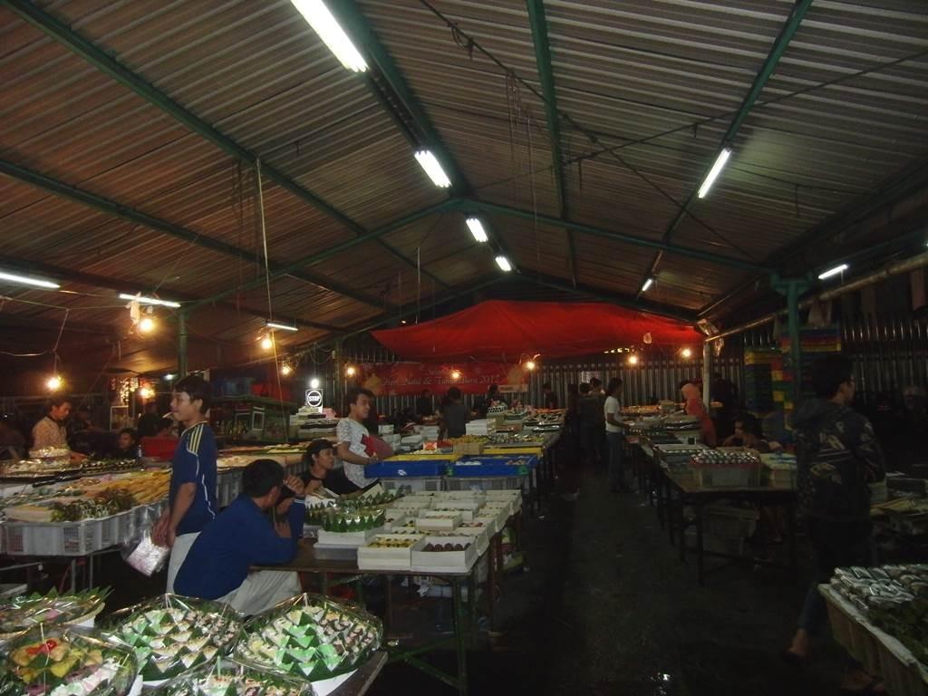 ジャカルタの深夜のお菓子市場の様子