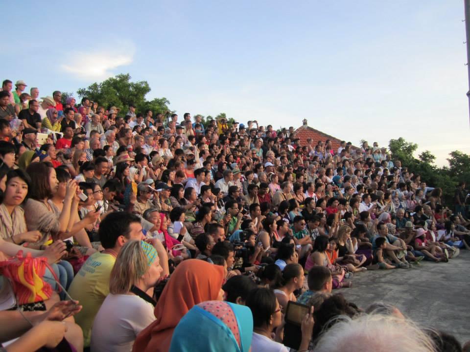 ウルワツのケチャックダンスの満席の観客席!