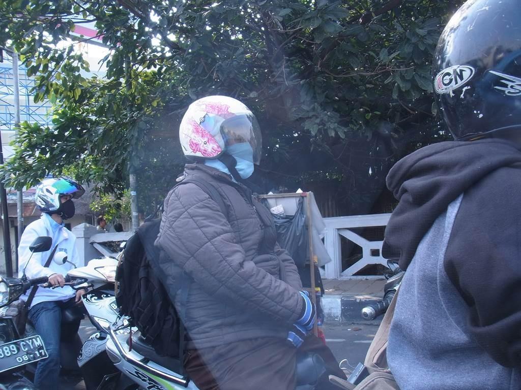 バイクで移動中の人たちは、よくマスクをつけています。