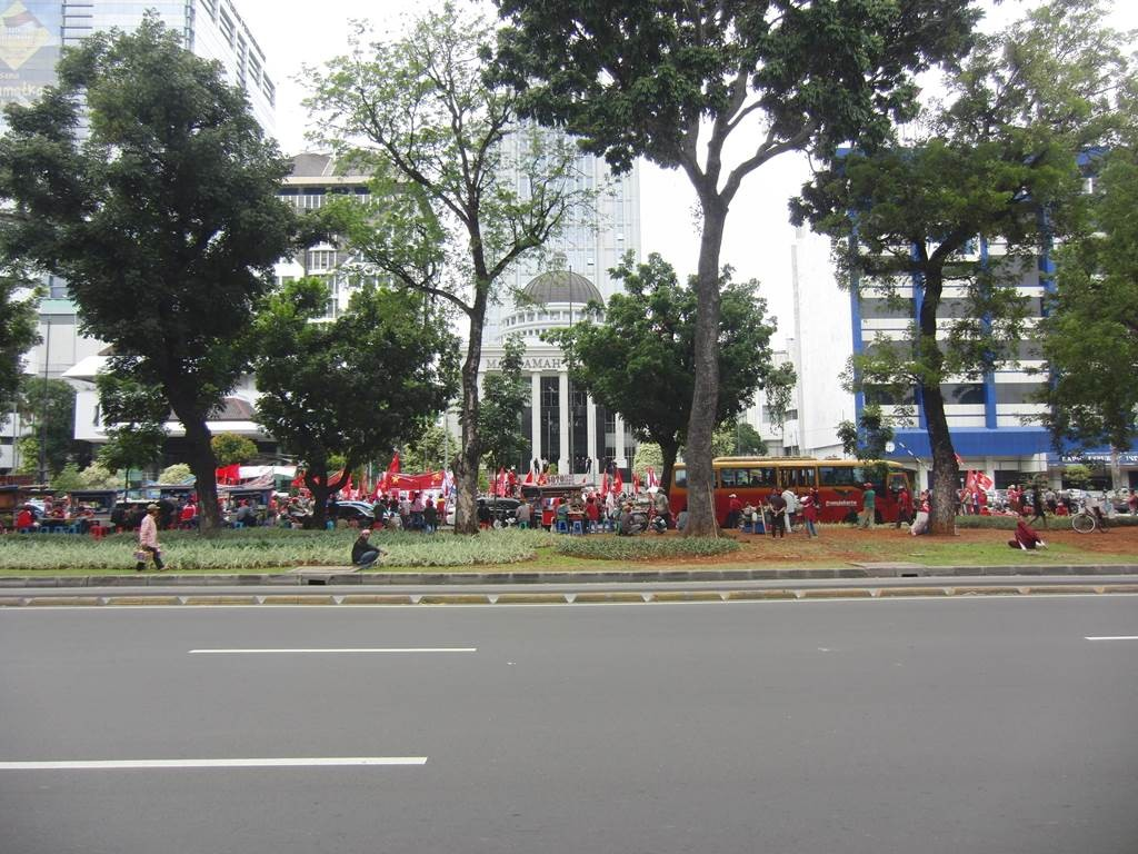 モナス前で抗議集会