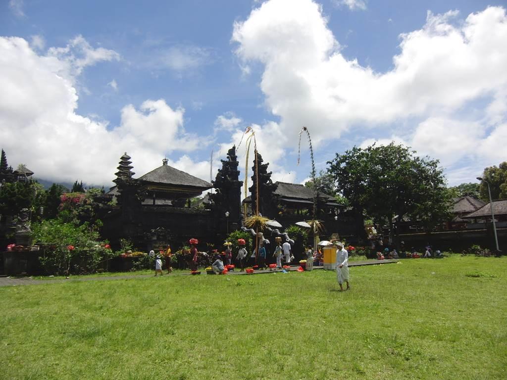 ブサキ寺院の広々とした芝生の広場