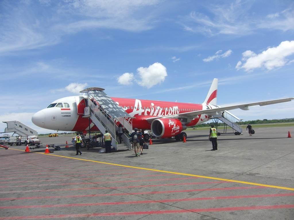 バリ島の空港内で撮影したエアアジアの飛行機