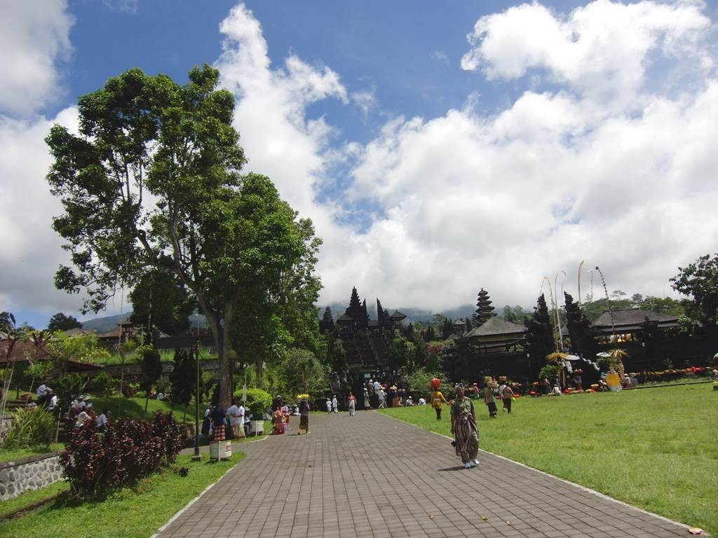 ブサキ寺院の遠くに見える大きな門