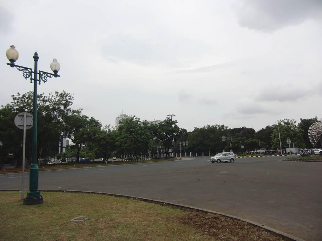 モナス入口前の道路