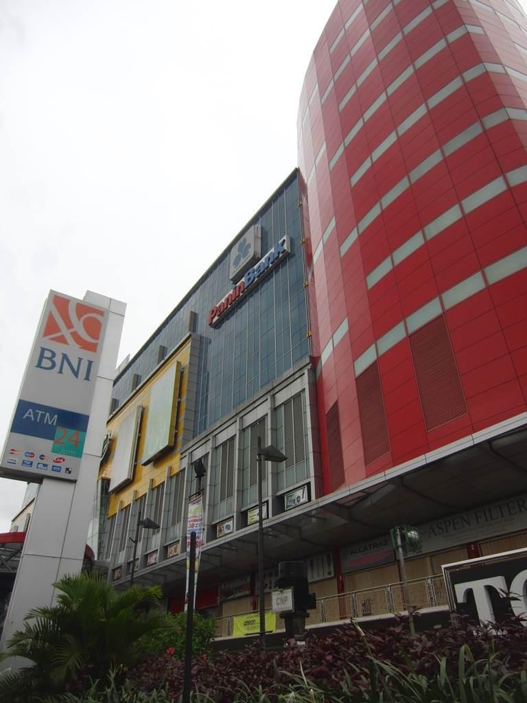 マンガベサール近くのショッピングセンター