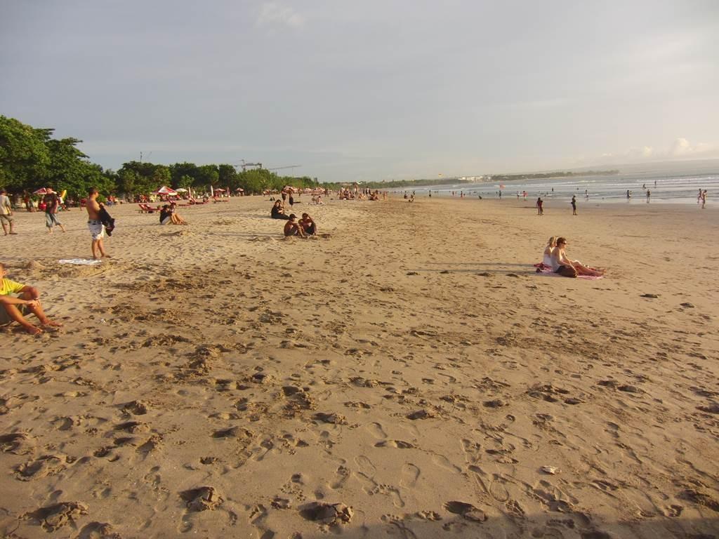 沢山の人がいるバリ島のクタビーチ2011