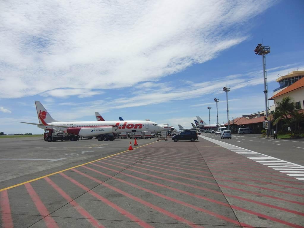 バリ島の空港内にいたLion air の飛行機