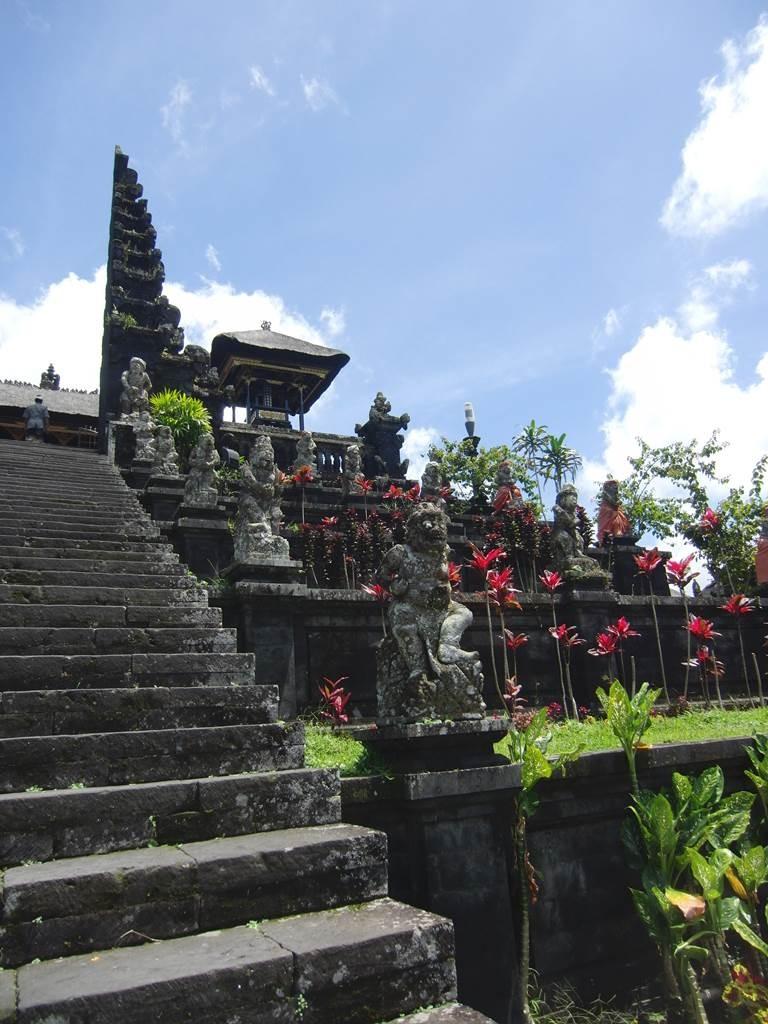 ブサキ寺院の登るのにとっても疲れる階段
