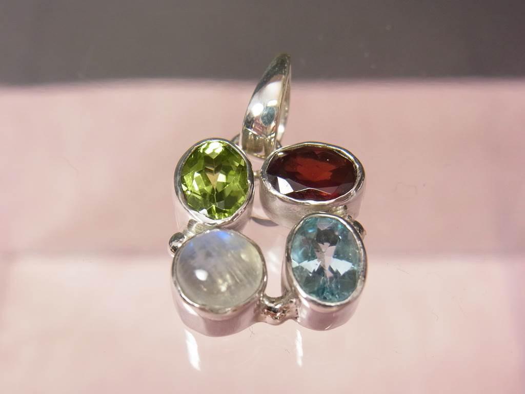 4つの天然石が可愛いシルバーペンダントトップ