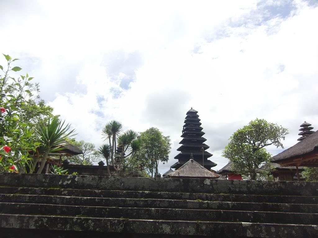 通路を歩いていると奥の方に細長いお寺の建物が見える