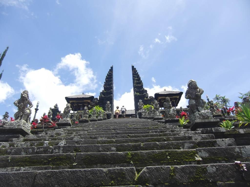 ブサキ寺院の長い階段