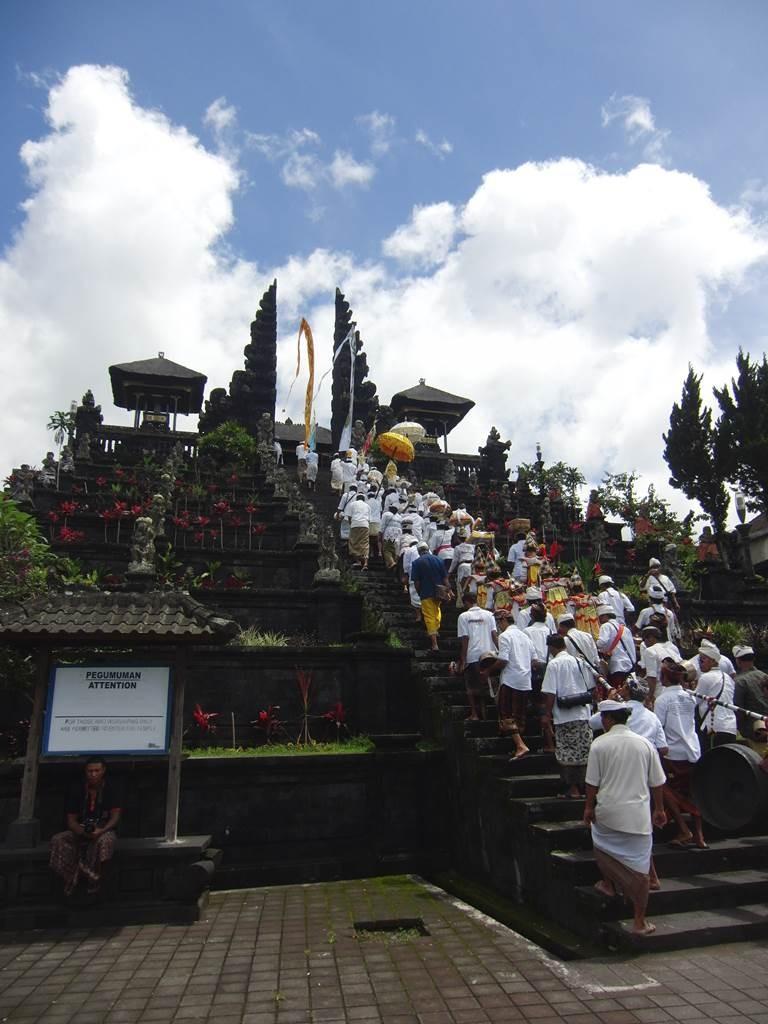 ウパチャラのためにブサキ寺院の急勾配の階段を上る行列